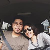 Sambil menunggu kemacetan di ibu kota, mereka berdua melakukan selfie didalam mobil untuk mengusir kejenuhan. Terpancar aura bahagia diraut wajah mereka berdua. (Via Instagram/@petra_sihombing)
