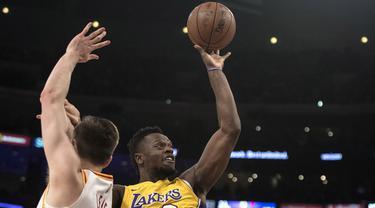 Pemain Los Angeles Lakers, Julius Randle (kanan) berusaha memasukan bola saat diadang pemain Indiana Pacers, T.J. Leaf, pada lanjutan NBA basketball game di Staples Center, Los Angeles, (19/1/2018). Lakers menang 99-86. (AP/Kyusung Gong)