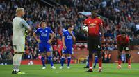 Pemain Manchester United, Paul Pogba (kanan) bersiap menendang penalti saat menghadapi Leicester City dalam ajang Liga Inggris di Old Trafford, Manchester, Inggris, Jumat (10/8). Manchester United menang 2-1 atas Leicester City. (AP Photo/Jon Super)