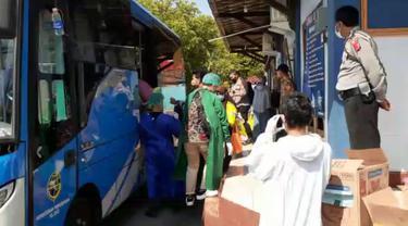 Sebanyak 23 orang yang terpapar Covid-19 di satu kampung di Banyumas dijemput untuk dikarantina. (Foto: Liputan6.com/Istimewa)