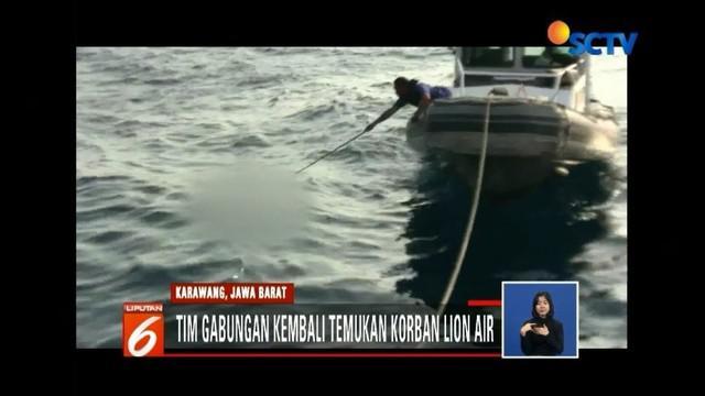 Memasuki hari keenam, evakuasi pesawat Lion Air PK-LQP terus dilakukan. Petugas kembali temukan bagian tubuh korban di perairan Tanjungpakis, Karawang.