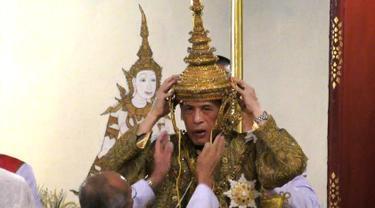 Maha Vajiralongkorn mengenakan mahkota ketika dinobatkan sebagai Raja Thailand dengan gelar Rama X dari Dinasti Chakri di Istana Negara, Bangkok, Sabtu (4/5/2019). Upacara penobatan ini akan berlangsung hingga Senin, 6 Mei 2019. (Photo by Thai TV Pool /Thai Tv Pool/AFP)