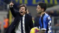 Pelatih Inter Milan, Antonio Conte, memberikan arahan kepada anak asuhnya saat melawan Napoli pada laga semifinal Coppa Italia di Stadion Giuseppe Meazza, Rabu (12/2/2020). Inter Milan takluk 0-1 dari Napoli. (AP/Antonio Calanni)