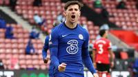 Gelandang Chelsea, Mason Mount, merayakan gol tendangan penalti yang dieksekusinya ke gawang Southampton pada laga pekan ke-25 Premier League 2020/2021 di St Mary's Stadium, Sabtu (20/2/2021) malam WIB. (AFP/Michael Steele)