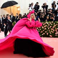 Lady Gaga saat menghadiri Met Gala 2019 yang digelar di The Metropolitan Museum of Art, New York, Amerika Serikat, Sanin (6/5/2019). Pelantun Poker Face tersebut sukses mencuri perhatian dengan penampilannya yang heboh. (Photo by Charles Sykes/Invision/AP)