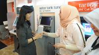 Nasabah mendapat bingkisan usai mengambil uang dari ATM saat peringatan Hari Pelanggan Nasional di Kantor BNI Mall  Kota Kasablanka, Jakarta, Selasa (4/9). (Merdeka.com/Arie Basuki)