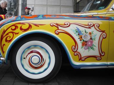 Rolls-Royce limusin touring Phantom V milik John Lennon dimasukan untuk ditampilkan di Museum Royal BC di Victoria, British Columbia (27/1/2020). John Lennon membeli Rollsmobil ini Desember 1964, dan Juni 1965, John Lennon baru menerima mobil tersebut. (Chad Hipolito/The Canadian Press via AP)