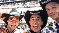 Marc Marquez berpose dengan Dani Pedrosa (kiri) dan Valentino Rossi (kanan) di podium selepas balapan MotoGP Austin di Circuit of the Americas, Texas, AS, Minggu (23/4/2017). (Bola.com/Twitter/MotoGP)