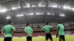 Para pemain Timnas Indonesia bersiap mengikuti latihan jelang laga Piala AFF 2018 di Stadion Nasional, Singapura, Kamis (8/11).Timnas Indonesia akan melawan Singapura. (Bola.com/M. Iqbal Ichsan)