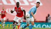 Penyerang Arsenal, Nicolas Pepe berebut bola dengan bek Manchester City, Aymeric Laporte pada pertandingan semifinal Piala FA di Wembley di London, Inggris, Sabtu, (18/7/2020). Arsenal menang 2-0 atas City.  (AP Photo/Matt Childs,Pool)