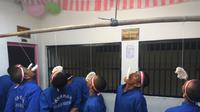 Sejumlah narapidana Lapas Brebes, Jawa Tengah, merayakan HUT ke-72 RI dengan perlombaan. (Liputan6.com/Fajar Eko Nugroho)