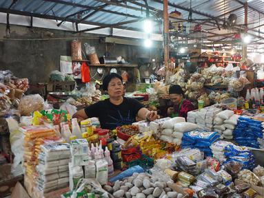 Aktivitas jual beli di Pasar Kebayoran, Jakarta, Selasa (1/10/2019). Badan Pusat Statistik (BPS) mencatat Indeks Harga Konsumen pada September 2019 mengalami deflasi sebesar 0,27 persen. Posisi ini lebih rendah dari deflasi Agustus 2019 sebesar 0,68%. (Liputan6.com/Angga Yuniar)