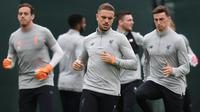 Gelandang Liverpool, Jordan Henderson, tampak serius saat latihan jelang laga Liga Champions di Melwood, Liverpool, Senin (23/4/2018). Liverpool akan berhadapan dengan AS Roma. (AFP/Paul Ellis)