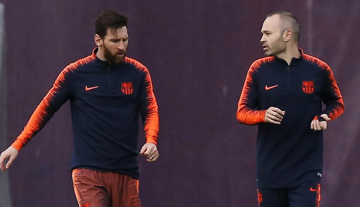 Pemain Barcelona, Lionel Messi dan Andres Iniesta, berbincang saat latihan jelang laga El Clasico di Joan Gamper, Barcelona, Sabtu, (5/5/2018). Barcelona akan berhadapan dengan Real Madrid. (AP/Manu Fernandez)