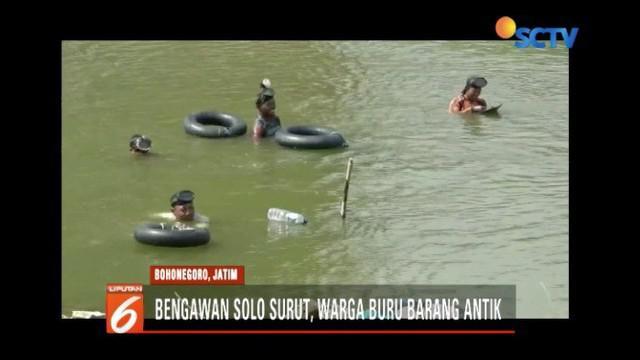 Debit air Sungai Bengawan Solo yang turun dimanfaatkan warga untuk mencari barang antik peninggalan zaman Kerajaan Majapahit.