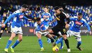 Penyerang Inter Milan, Lautaro Martinez membawa bola dari kawalan para pemain Napoli pada pertandingan lanjutan Liga Serie A Italia di stadion San Paolo Naples (6/1/2020). Inter menang 3-1 atas Napoli. (AFP/Tiziana Fabi)