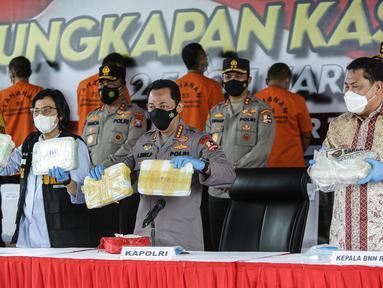Kapolri Jenderal Polisi Listyo Sigit Prabowo bersama Menkeu Sri Mulyani dan Kepala BNN RI Komjen Pol Petrus Golose menunjukkan barang bukti saat konferensi pers pengungkapan kasus peredaran narkotika sabu di Lapangan Bhayangkara Mabes Polri, Jakarta, Rabu (28/4/2021). (Liputan6.com/Faizal Fanani)
