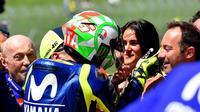 Pembalap Movistar Yamaha, Valentino Rossi menghampiri kekasihnya, Francesca Sofia Novello usai merebut pole position kualifikasi MotoGP Italia 2018. (TIZIANA FABI / AFP)