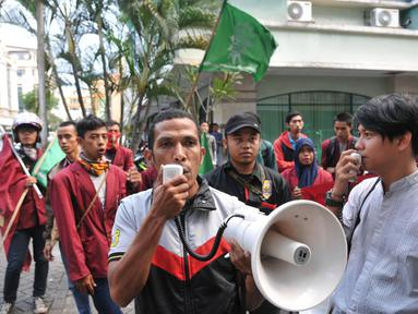 Ikatan Mahasiswa Muhammadiyah cabang Cirendeu menggelar aksi didepan kantor Wimar Witoelar, Jakarta, (20/6/14). (Liputan6.com/Johan Tallo)