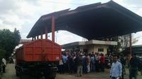 Warga saat berdemo di pintu masuk TPST Bantar Gebang, Bekasi.