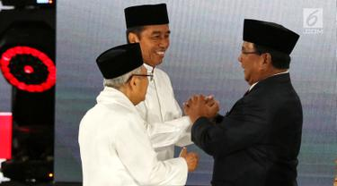 Capres Prabowo Subianto bersalaman dengan Capres Joko Widodo usai Debat Pilpres 2019 kelima di Jakarta, Sabtu (13/4). Debat kelima merupakan debat terakhir dalam masa kampanye yang mengambil tema Ekonomi, Kesejahteraan Sosial, Keuangan dan Investasi. (Liputan6.com/Johan Tallo)