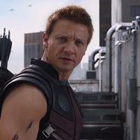 Namun sepertinya ia takkan terbunuh meningat Jeremy Renner akan kembali berperan sebagai Hawkeye di film final. (ScreenGreek)