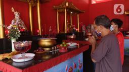 Umat Buddha melakukan ritual sembahyang di Vihara Buddha Dharma dan 8 Pho Sat, Kabupaten Bogor, Jawa Barat, Rabu (26/5/2021). Umat Buddha secara bergiliran berdatangan untuk melakukan sembahyang peringatan Hari Raya Waisak di Vihara Buddha Dharma dan 8 Pho Sat  (Liputan6.com/Helmi Fithriansyah)