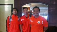 Tim medis Persija Jakarta, dari kiri ke kanan, Adit Bento (masseur), dr. Donny Kurniawan (dokter tim), dan Muhammad Yanizar Lubis (fisioterapis). (Bola.com/Zulfirdaus Harahap)