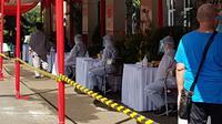 Mulai diberlakukan 6 April 2020, RSCM melaksanakan skrining terhadap pasien dan pengunjung sebelum masuk ke gedung demi mencegah penularan Corona COVID-19. (Dok RS Cipto Mangunkunsumo Jakarta)
