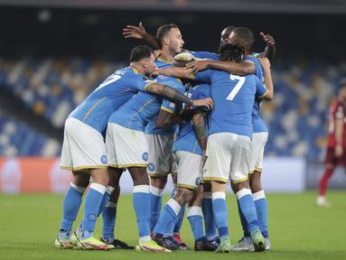 Para pemain Napoli merayakan kemenangan atas Legia Warsawa pada lanjutan pekan ketiga fase Grup C Liga Europa di Stadion Diego Armando Maradona, Jumat (22/10/2021) dini hari WIB. Napoli sukses melibas Legia Warsawa dengan skor 3-0. (Alessandro Garofalo/LaPresse via AP)