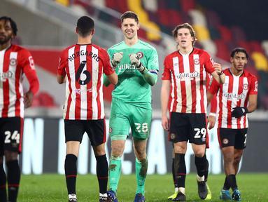 Para pemain Brentford merayakan kemenangan 1-0 atas Newcastle United usai berakhirnya laga perempatfinal Piala Liga Inggris Carabao Cup di Brentford Community Stadium, Selasa (22/12/2020). (AFP/Hannah McKay/Pool)