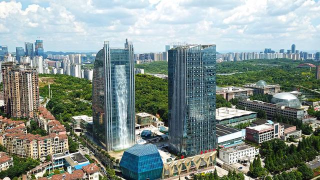 Air terjun dari gedung pencakar langit (foto: imaginechina)