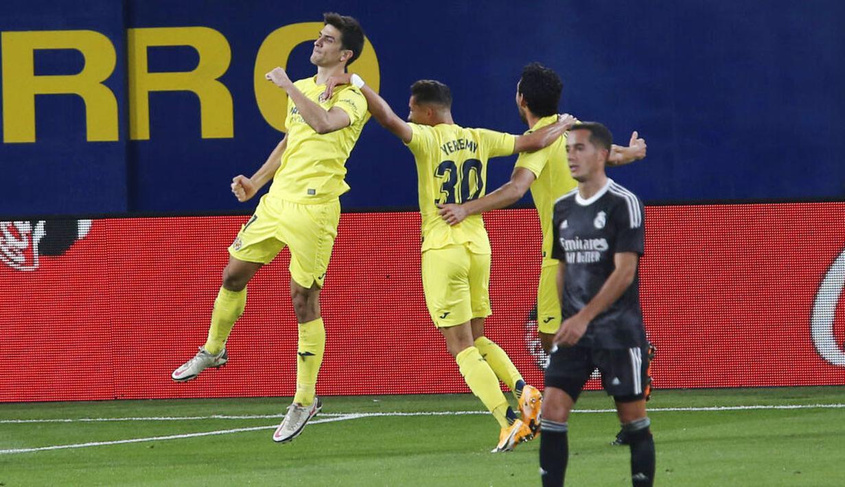 Pemain Villarreal, Gerard Moreno, melakukan selebrasi usai mencetak gol ke gawang Real Madrid pada laga Liga Spanyol di Stadion Ceramica, Minggu (22/11/2020). Kedua tim bermain imbang 1-1. (AP/Alberto Saiz)