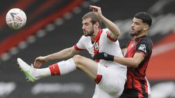 Bek Southampton, Jack Stephens (kiri) mengontrol bola dibayangi striker Bournemouth, Dominic Solanke dalam laga perempatfinal Piala FA 2020/2021 di Vitality Stadium, Bournemouth, Sabtu (20/3/2021). Southampton menang 3-0 atas Bournemouth. (AP/Kirsty Wigglesworth)