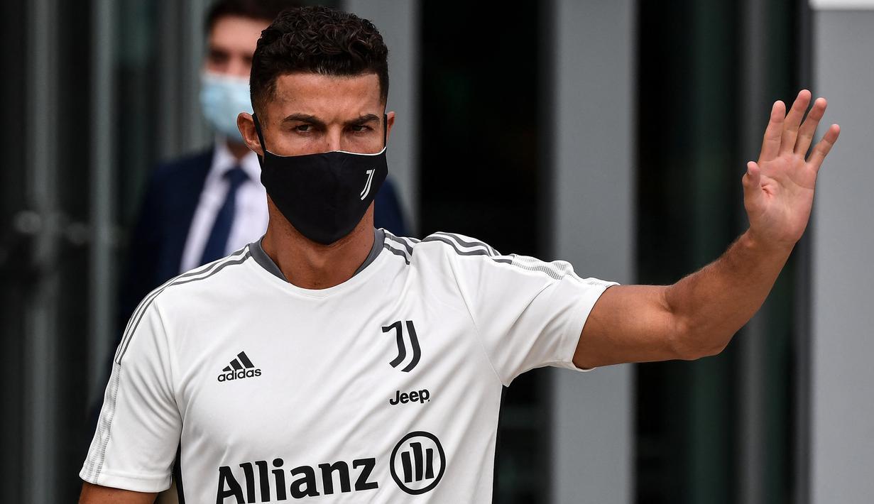 Striker Juventus, Cristiano Ronaldo melambai kepada para penggemar saat meninggalkan gedung pusat medis Juventus di Turin, Italia, Senin (26/7/2021). Cristiano Ronaldo menjalani tes medis menjelang musim keempatnya bersama klub Seria A itu. (Miguel MEDINA/AFP)