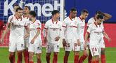 Para pemain Sevilla merayakan gol pertama ke gawang Osasuna yang dicetak gelandang Diego Carlos (ketiga dari kiri) dalam laga lanjutan Liga Spanyol 2020/21 pekan ke-24 di El Sadar Stadium, Plampona, Senin (22/2/2021). Sevilla menang 2-0 atas Osasuna. (AFP/Ander Gillenea)