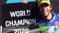 Pembalap Italtrans Racing Team, Italian rider Enea Bastianini merayakan gelar juara dunia Moto2 2020 setelah finis kelima di MotoGP Portugal, Minggu (22/11/2020). (AFP/Patricia De Melo Moreira)
