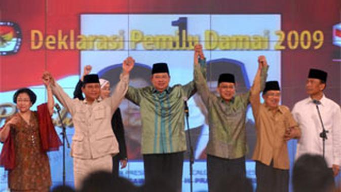 Pasangan capres dan cawapres bergandengan tangan saat Deklarasi Pemilu Damai 2009 di Jakarta.--(ANTARA)