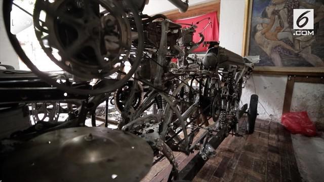 Slamet alias Mbah Jenggot membuat alat musik unik dari aneka barang rongsokan sebagai bentuk ekspresi keseniannya.