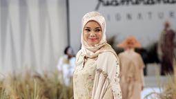 Aktris Dewi Sandra menjadi muse rancangan Ria Miranda di koleksi terbarunya. (Liputan6.com/Pool/Ria Miranda)