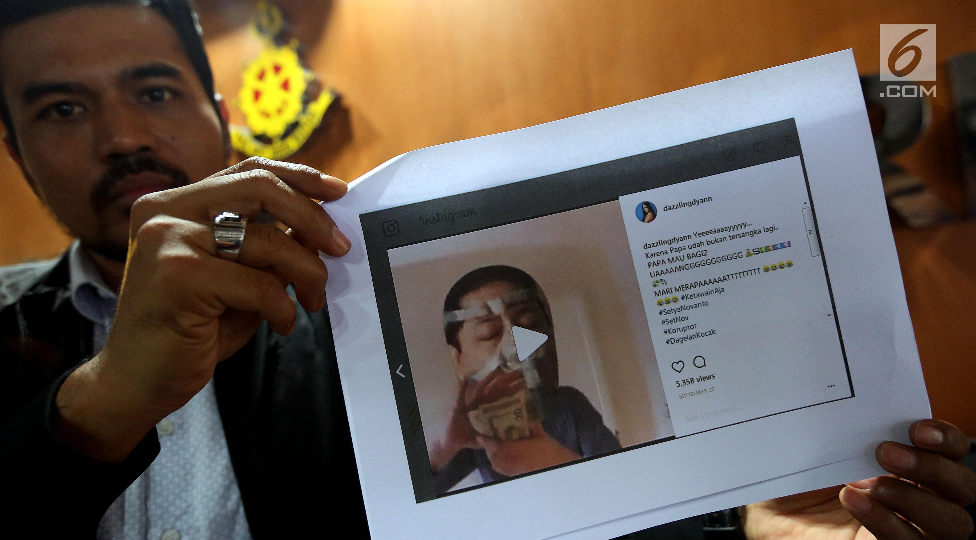 Tim kuasa hukum Ketua DPR Setya Novanto menunjukkan sejumlah meme yang beredar di internet di Direktorat Pidana Cyber Bareskrim Polri, Jakarta, Rabu (1/11). Laporan tersebut berisi tuduhan fitnah dan pencemaran nama baik. (Liputan6.com/JohanTallo)