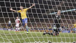 Kiper Paraguay, Antony Silva kecewa saat gagal menghalau gol Philippe Coutinho  pada laga Kualifikasi Piala Dunia 2018 zona Conmebol di Arena Corinthians Stadium,  Sao Paulo, Brasil, Selasa (28/3/2017). Brasil menang 3-0. (AP/Andre Penner)