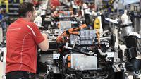 Mekanik melakukan pemasangan sasis dan unit baterai mobil listrik Porsche Taycan saat proses perakitan di pabrik perusahaan Porsche AG di Stuttgart, Jerman, Rabu (4/3/2020). Porsche Taycan merupakan mobil bertenaga listrik pertama  dari pembuat mobil mewah Jerman, Porsche AG. (AFP Photo/Thomas Kienz