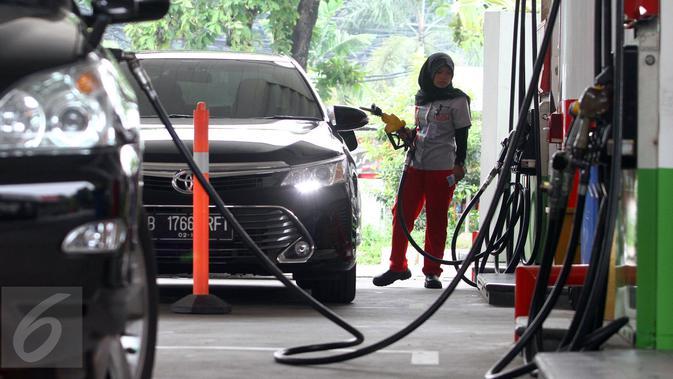 Petugas mengisi BBM pada sebuah mobil di salah satu SPBU, Jakarta, Selasa (1/3). Pertamina menurunkan harga bahan bakar minyak (BBM) umum Pertamax, Pertamax Plus, Pertamina Dex, dan Pertalite Rp 200 per liter. (Liputan6.com/Angga Yuniar)#source%3Dgooglier%2Ecom#https%3A%2F%2Fgooglier%2Ecom%2Fpage%2F2019_04_14%2F455721