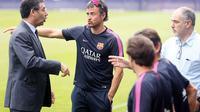Presiden FC Barcelona, Josep Maria Bartomeu (kiri), berbincang dengan Luis Enrique, saat menyaksikan  sesi latihan di Joan Gamper training camp, (25/7/2014). (REUTERS/Albert Gea)