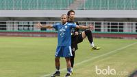 Aksi pemain Persib Bandung, Tantan dan I Made Wirawan saat sesi latihan tim di Stadion Pakansari, Bogor, Jumat (10/3/2017). (Bola.com/Nicklas Hanoatubun)