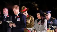 Meghan Markle dan tunangannya Pangeran Harry saat menghadiri kebaktian Anzac Day di Hyde Park Corner di London (25/4). Anzac Day adalah hari peringatan kebangsaan yang dirayakan di Australia dan New Zealand. (Toby Melville/Pool Photo via AP)