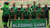 Skuat inti Persebaya saat uji coba melawan Sarawak FA. (Bola.com/Aditya Wany)