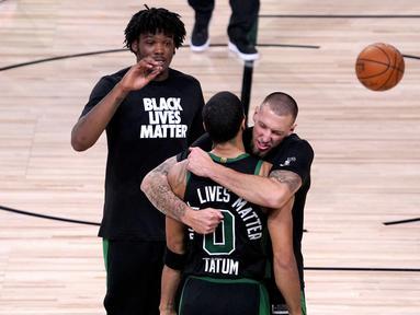Pemain Boston Celtics merayakan kemenangan atas Toronto Raptors pada semifinal playoff NBA wilayah timur di AdventHealth Arena, Sabtu (12/9/2020). Boston Celtics menang 92-87 atas Toronto Raptors.  (AP Photo/Mark J. Terrill)