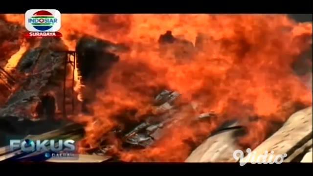 Sebuah gudang kayu meubel di Pasuruan Jawa Timur, terbakar pada Selasa siang. Kebakaran itu sempat membuat panik warga, karena terjadi di sekitar pemukiman padat penduduk.